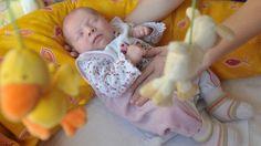 Bloß nicht aufwecken: Bis Babys schlafen, ist es oft ein harter Kampf. Am besten klappt es mit viel Ruhe und einem routinierten Ablauf.