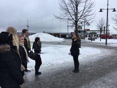 Iloinen Anna opas esittelee Lahden satamaa ja vie ryhmän hetken kuluttua Siipiratas Laiva Wellamolle (jossa odotti parikin asiakkaita miellyttänyttä yllätystä )