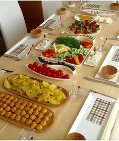 Steal our best table setting and tablescape ideas for casual and formal entertaining. Breakfast Table Setting, Turkish Breakfast, Lunch Table, Brunch, Food Decoration, Deco Table, Food Humor, Food Presentation, Fine Dining