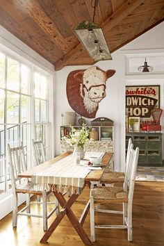 Inside a Charming Texas Home Full of One-of-a-Kind Finds - Texas Decorating Ideas Vintage Farmhouse Decor, Country Farmhouse Decor, Rustic Decor, Country Living, Farmhouse Style, Vintage Western Decor, Industrial Farmhouse, Modern Farmhouse, English Farmhouse