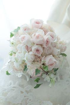 中央の淡いピンクのバラはユカカップ、その下の、真ん中が淡いピンクのバラは、レフレーズといいます。く。かわゆす。このバラのブーケを作りたいなあとずっと狙って... Whimsical Wedding Flowers, Shabby Flowers, White Wedding Flowers, Wedding Flower Arrangements, Floral Wedding, Beautiful Roses, Beautiful Flowers, Green Centerpieces, Pink Bouquet