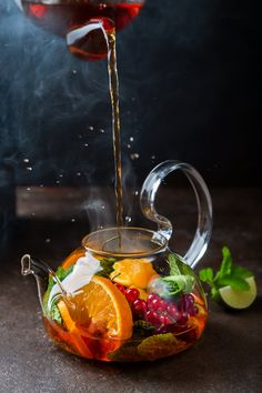 Try these 3 beautiful brewed tea with delicious fruits recipes. In no time, you'll make a delicious beverage. It's good and natural enjoy your tea with fruits. Food Styling, Tea Recipes, Healthy Recipes, Healthy Drinks, Fruit Tea, Fruit Cups, Fresh Fruit, Snacks, Food Design
