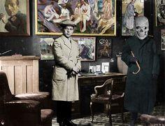 Berlin, enero 1917 Gabinete de la librería-Galería de I.B. Neumann, los cuadros de la pared son de Munch, Roualt, Klee, Beckmann. Richard Huelsenbeck y George Grosz disfrazado de muerte.