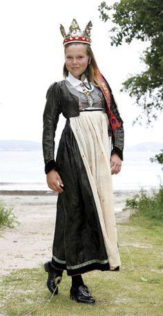 Vest-Agderbrud anno 1810 - Magasinet Bunad Folk Costume, Costumes, Norwegian Wedding, Norwegian Vikings, Norwegian Rosemaling, Ethnic Dress, Bridal Crown, Nordic Style, Traditional Dresses