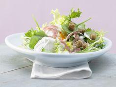 Salat mit pochiertem Ei und Lachsschinken - mit Tofu-Dressing und Croûtons - smarter - Kalorien: 229 Kcal - Zeit: 40 Min. | eatsmarter.de #eiweiss #eiweiß #diaet #diät #rezept #rezepte #eatsmarter #abnehmen #diaetrezepte #salat #ei #eier #pochiert #lachsschinken tofu #dressing #croutons #hauptspeise #lowcarb