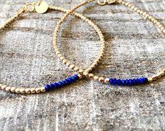 Cette annonce est pour un véritable gemme aigue marine brute et bracelet pépite d'or. Les pépites sont d'environ 1,8 mm. Ils sont des perles en argent fin qui sont trempés en or 24 k, style vermeil. L'or a environ 40 % plus d'or que le placage standard. Les fermoirs et les anneaux est tous rempli d'or. Chaque bracelet est également livré avec une étiquette logo rempli or attaché. Pour sélectionner une taille, sil vous plaît choisir dans le menu déroulant ci-dessous. Si vous souhaitez…