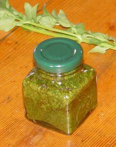 Bazsalikom pesto 5 dkg bazsalikom 0,5 dl + 2 ek oliva olaj (lehetőleg jó fajta legyen, itt számít!) 5 dkg fenyőmag vagy mandula vagy pisztácia vagy végső esetben dió 5 dkg parmezán, 3 gerezd fokhagyma 2 kk só csipet bors (opcionális) Pesto, Pepper Grinder, Preserves, Mason Jars, Spices, Stuffed Peppers, Recipes, Winter, Winter Time