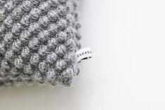 Hækleopskrift boblepude - Nem DIY hæklet pude med bobler Crochet Projects, Bobler, Beanie, Knitting, Diy, Design, Threading, Creative, January