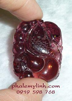 Cá Chép được điêu khắc từ đá Tourmaline thiên nhiên màu hồng tía ( còn gọi là Rubylite),phía dưới còn điêu khắc hình quả bầu và thiềm thừ,phía sau khắc nấm linh chi (ngọc như ý)     http://phongthuyvadoisong.com/  http://phongthuyvadoisong.com/268/San-Pham/Da-Quy-Cong-Ty-Vang-Bac-Da-Quy-Da-Quy-Phong-ThuyTu-Nhien-Theo-Tuoi.htm