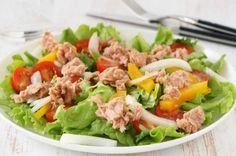 Thunfischsalat mit Tomaten, Paprika, Zwiebel und Eisbergsalat