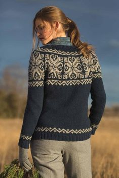 Mount Lorne Pullover by Andrea Cull knit in The Fibre Co.The Mount Lorne Pullover is a female tackle unisex round yoke sweaters that includes a daring, fascinating Christmas Knitting Patterns, Sweater Knitting Patterns, Fair Isle Knitting, Arm Knitting, Norwegian Knitting, Icelandic Sweaters, Fair Isle Pattern, Yarn Brands, Groomsmen