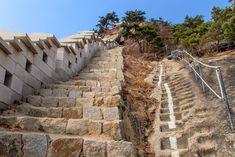 Die Top 20 Sehenswürdigkeiten in Seoul, der Hauptstadt von Korea - Swiss Nomads Seoul Korea, Railroad Tracks, Building, Top, Temple, Asia, Vacations, Buildings, Shirts