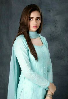 Sana Javed : Khaani is smashing itI knew it was going to be a great drama with Sana and Feroze I mean come on Pakistani Models, Pakistani Girl, Pakistani Actress, Pakistani Dramas, Simple Pakistani Dresses, Simple Dresses, Casual Dresses, Indian Attire, Indian Wear