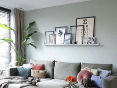 creative idea to style your wall shelf above the sofa Nowadays you see them coming back in all kinds of rooms of the house, but they become the most … - New Sites Cozy Living Rooms, Home Living Room, Living Room Decor, Room With Plants, Scandinavian Interior, Wall Shelves, Home Remodeling, Diy Home Decor, Display