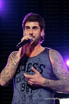 The singer Melendi is one of our favorites Shawn Mendes, Tattoos For Guys, Masters, Sexy Men, Crushes, Singing, Spain, Concert, Celebrities