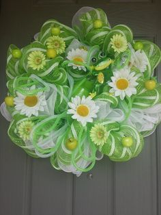 Spring Mint Green Daisy Deco Mesh Wreath What a wonderful wreath for spring! Deco Mesh Crafts, Wreath Crafts, Diy Wreath, Wreath Ideas, Tulle Wreath, Summer Deco, Easter Wreaths, Holiday Wreaths, Corona Floral