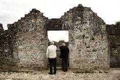 Village martyr Oradour sur Glane, deux Résistants face aux ruines d'une maison