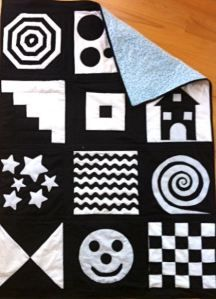 Black and white quilt for infant stimulation Diy Sewing Projects, Crochet Projects, Sewing Crafts, Black And White Quilts, Black And White Baby, Quilt Baby, Baby Sensory, Sensory Toys, Quilt Modernen