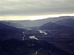 Montes, montes, montes, estradas, rio.