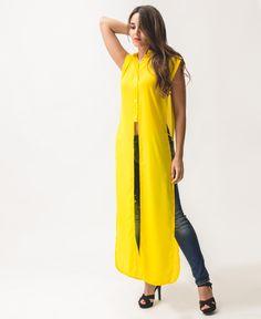 Blusa tipo túnica larga amarilla Abertura laterales La modelo mide 1,63 cm y lleva una talla S. Medidas modelo: Pecho 80 cm, cintura 64 cm, cadera 97 cm 100% Poliéster Lavar a máquina www.leviuprojec.tom/camisas-y-blusas