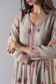 Beautiful detailing with embroidery butis and buttons . Indian Attire, Indian Wear, Indian Outfits, Kurta Designs Women, Kurti Neck Designs, Embroidery On Clothes, Embroidery Dress, Salwar Kurta, Anarkali
