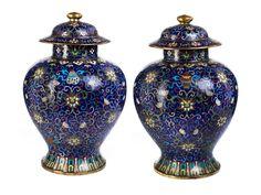 Höhe: 47 cm. China, Qing-Dynastie, 18./ 19. Jahrhundert. Balusterförmige Cloisonné-Vasen mit Deckel. An der Wandung Blütendekor, sowie die acht...