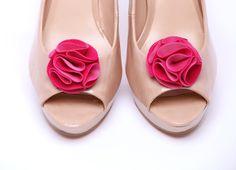 Różowe, ślubne Klipsy do butów Velvet Flower - Pink. Do kupienia w sklepie internetowym Madame Allure!  #klipsydobutów #ozdobydobutów #sklepślubny #MadameAllurea