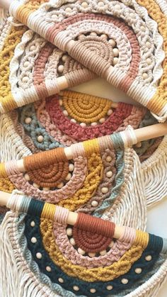 Macrame Design, Macrame Art, Macrame Projects, Macrame Knots, Macrame Wall Hanging Patterns, Macrame Patterns, Yarn Crafts, Fabric Crafts, Macrame Tutorial