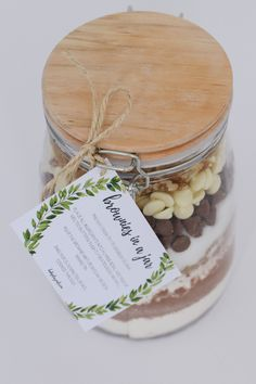 'Brownies in a Jar' make the perfect homemade gift for a teacher, friend or neighbour. Includes a free printable recipe label gift tag. Christmas Food Gifts, Christmas Jars, Xmas Food, Christmas Ideas, Homemade Christmas, Christmas Recipes, Free Printable Gift Tags, Printable Recipe, Brownies In A Jar