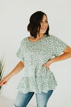 This peplum top is the perfect color for your spring wardrobe! We love the simple pattern and how flowy it is! Diva Fashion, Fall Fashion Trends, Curvy Fashion, Modest Fashion, 90s Fashion, Frock Fashion, Spring Fashion, Stylish Eve Outfits, Casual Work Outfits