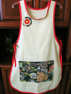 Any wearable can be dressed up with a flower pin, including an apron. Get a free pattern for a decorative, fabric flower pin. Apron Pattern Free, Bib Pattern, Apron Patterns, Knitting Patterns For Dogs, Free Knitting, Cobbler Aprons, Jean Apron, Fabric Flower Pins, Toddler Apron