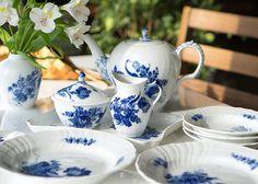 ロイヤルコペンハーゲン/ROYAL COPENHAGEN ブルーフラワー/Blue Flower カーブ/Curved シュガー&クリーマー&トレイ 3点セット  15~20種類の花からペインターが花を選び自由な組み合わせで、 ブルー1色の微妙なタッチにより描かれたシリーズ