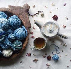 How to Craft Basket Flowers Thread Up, Winter Project, Yarn Stash, Flatlay Styling, Yarn Bowl, Running Stitch, Weaving Techniques, Vintage Knitting, Yarn Colors