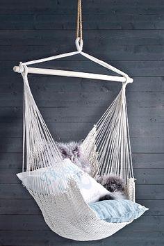 Hängstol av trä och tvinnad bomull. Stolen hänger ut sig mer när man sätter sig i den. Bredd 100 cm. Höjd 120 cm. Max vikt 90 kg. <br><br>