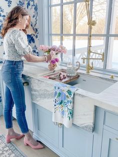 Fireclay Farmhouse Sink, Fireclay Sink, Beach House Kitchens, Home Kitchens, Kitchen Design, Kitchen Decor, Home Reno, Traditional Decor, Beautiful Kitchens