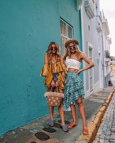 Summer outfit styles in Old San Juan, Puerto Rico [ruffles on ruffles] – Daily Fashion Tips Cruise Outfits, Vacation Outfits, Beach Outfits, Summer Fashion Outfits, Summer Outfits Women, Vneck Outfit, Spring Summer, Poses, Summer Looks
