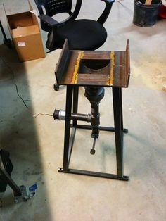 Homemade Forge - Here's the full assembly, with a stand. pipes are because that's the biggest the local big-box stores carried. Fan is mounted to the to reducer, which goes to a pipe, then a tee. Metal Projects, Welding Projects, Metal Crafts, Forging Tools, Forging Metal, Forging Knives, Homemade Forge, Diy Forge, Coal Forge