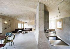 Arte e cemento sono un amoreRigore, linee geometriche e cemento a vista per la casa della gallerista zurighese Eva Presenhuber a Vna, in Svizzera. Tre piani collegati da un'unica rampa di scale, ristr