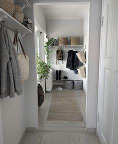 Types Of Furniture, Home Decor Furniture, Hallway Decorating, Decorating On A Budget, Cottage Hallway, Wholesale Home Decor, H & M Home, Home Decor Shops, Scandinavian Interior