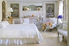 cottage anglais, mobilier en blanc cassé, sol assorti et literie blanche