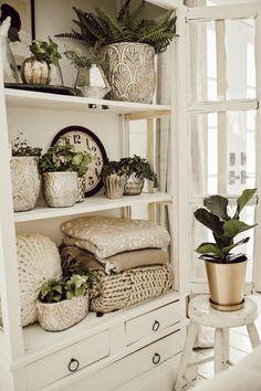 Styling shelves - Styling Shelves 101 Three Basic Shelf Styling Tips Cheap Home Decor, Diy Home Decor, Diy Casa, Farmhouse Side Table, Red Farmhouse, Antique Farmhouse, Modern Farmhouse, Diy Décoration, Cool Ideas