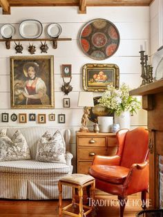 The Ultimate Guide To Decorating With Plates On the Wall Traditional Home Decorating with plates and art – photo Emily Traditional Home Decorating, Traditional House, Traditional Bedroom, Traditional Design, Br House, Cozy House, Casas Magnolia, Traditional Home Magazine, English Country Decor