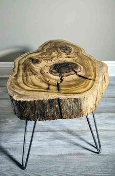 souche d'arbre avec pieds en métal