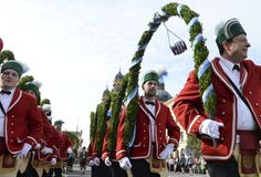 Young men wearing the garb of local associations take part in the traditional costume parade of the Oktoberfest beer festival in Munich, Germany. Oktoberfest Costume, Oktoberfest Beer, Opening Weekend, Beer Festival, Bavaria, Christmas Sweaters, Menswear, Costumes, Munich Germany