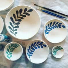 Paint plant life today www. Ceramic Cafe, Ceramic Plates, Ceramic Pottery, Pottery Painting Designs, Paint Designs, Pottery Handbuilding, Paint Your Own Pottery, Sharpie Art, Diy Clay