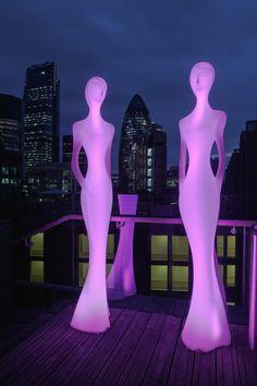 Superbe statue lumineuse d'une hauteur de 2m20 qui ne laisse pas indifférent! Avec son jeu de lumière, Penelope est l'accessoire indispensable pour une décoration hors norme!