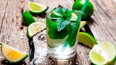 Drinks com vodka: mojito Drinks Com Vodka, Vodka Mojito, Mojito Drink, Vodka Martini, Juice Drinks, Mojito Recipe, Refreshing Drinks, Summer Drinks, Alcoholic Drink Recipes