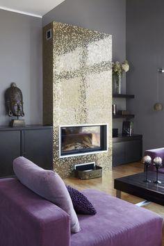 W stylu glamour - złoty kominek w salonie