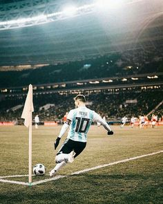 - Lionel Messi (Rusia 0 - 1 Argentina taking a corner kick Messi Argentina, Argentina Soccer, Argentina Football Team, Lionel Messi, Messi 10, Football Is Life, Football Fans, Neymar, Ibrahimovic Wallpapers
