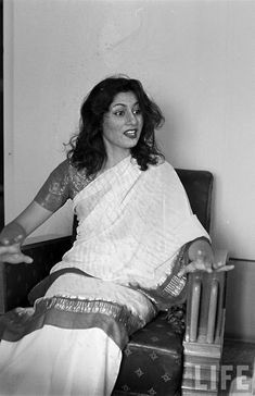 Hindi Movie Glamour Queen Madhubala in Different Moods - Photograhed by James Burke in 1951 - Old Indian Photos Bollywood Cinema, Bollywood Stars, Prince Rogers Nelson, Vintage Bollywood, Indian Bollywood, Angelina Jolie, Michael Jackson, Taylor Swift, Photos Rares